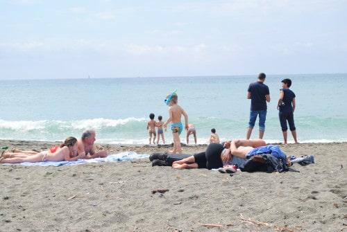 Aprilsko vreme je bilo primerno tudi za poležavanje na plaži (Levanto)