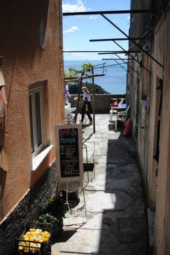 Postanek za limonado v vasici na poti (Cinque Terre)