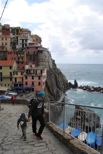 Vzpon do otroškega igrišča v manaroli (Cinque Terre)