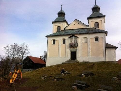 Otroško igrišče se nahaja med cerkvijo in Domom na Joštu