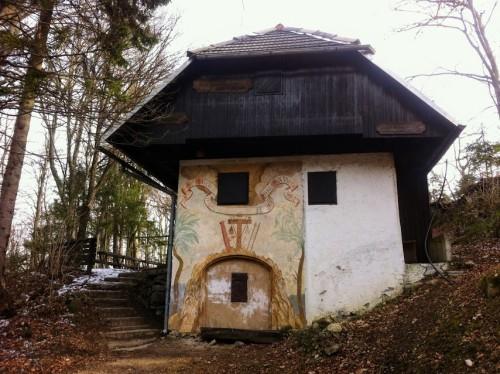 Tik pod vrhom se nahaja tudi taborniški dom