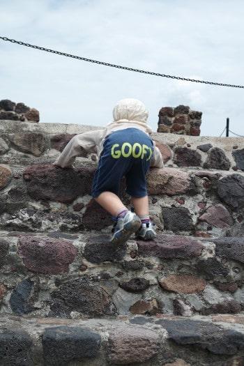 Otroci bodo uživali v plezanju po piramidah (Teotihuacan, Mehika)
