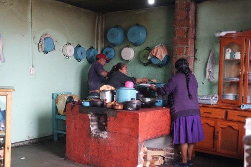 Pristna domača kuhinja v vasici Cuajimoloyas (Mehika)