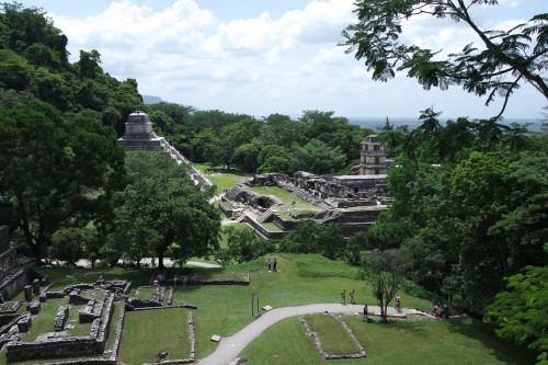 Najbolj poznana slika Palenqueja; pogled na Pakalovo palačo iz templja Sonca (Mehika)