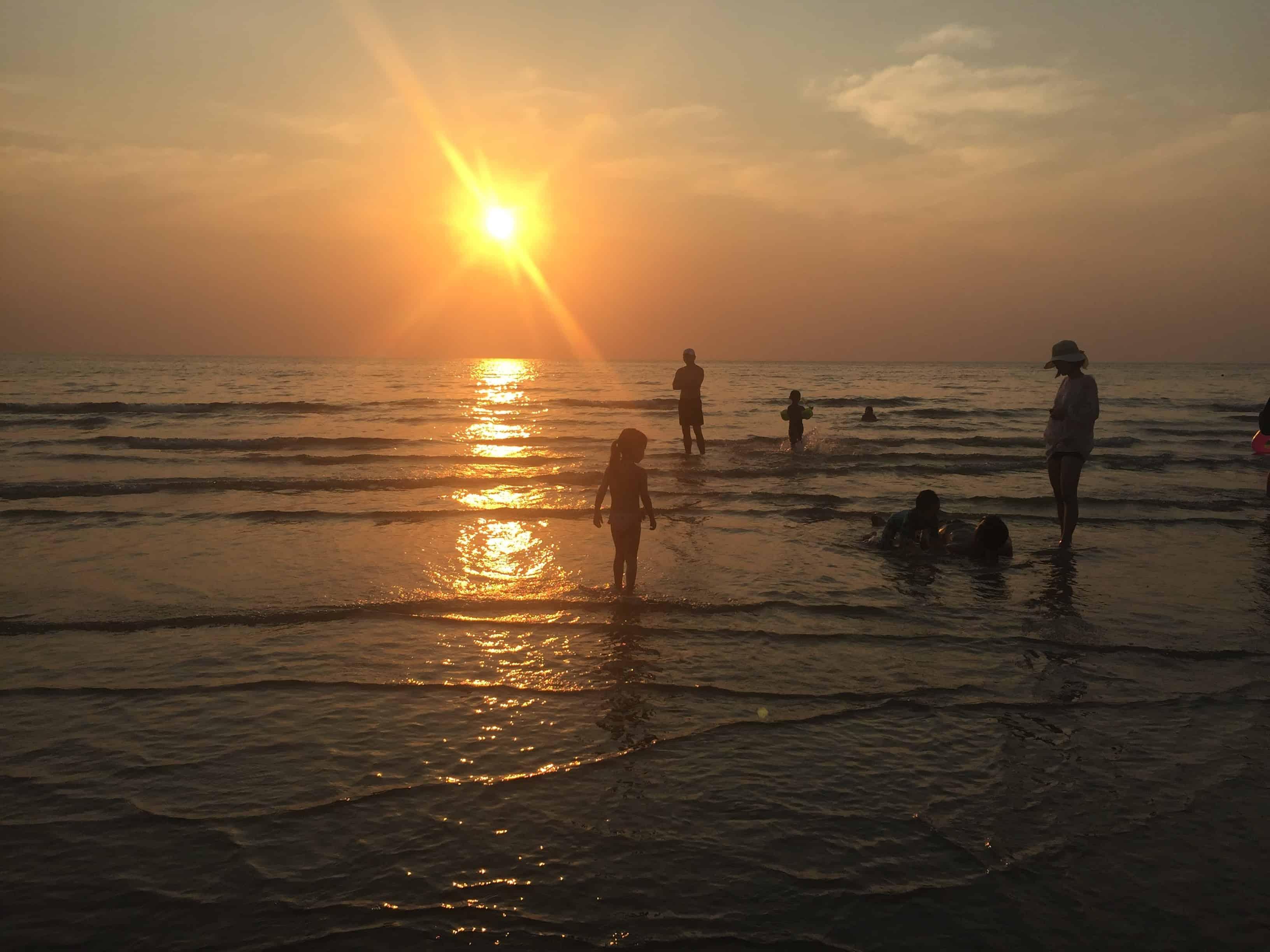 Večerna oseka na plaži White sand beach, Koh Chang, Tajska
