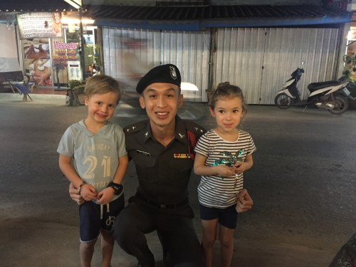 Prijazen policaj je takoj privolil v slikanje z našimi mulci, Koh Chang, Tajska