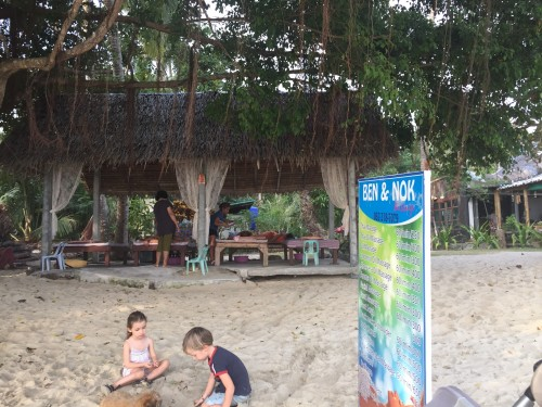 Masaža na plaži medtem, ko se otroci igrajo, Koh Chang, Tajska
