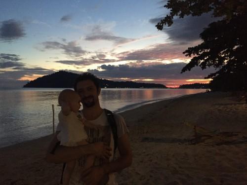 Družinski večerni sprehod ob obali, Koh Chang, Tajska
