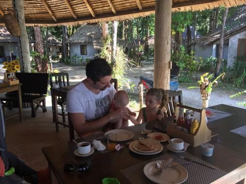 Bogati zajtrki, ki so nas nasitili za vsa 4 ure :)  Krožna jedilnica na prostem s pogledom na morje je naredila začetek dneva neprecenljiv, Koh Chang, Tajska