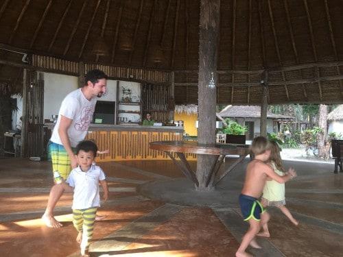 Jedilnica se čez dan spremeni v pravo otroško igrišče, Tropical beach resort, Koh Chang, Tajska