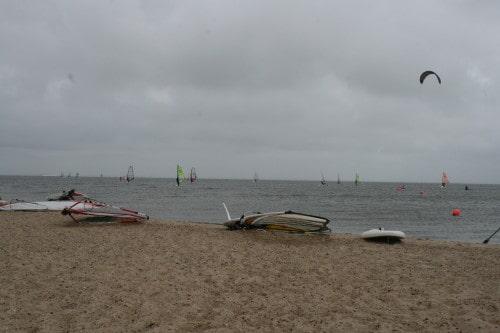 Surfarji na eni izmed številnih mivkastih plaž na zahodni obali Danske