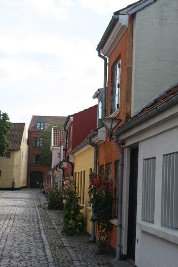 Ulica v enem izmed najstarejših predelov mesta Odense, Danska