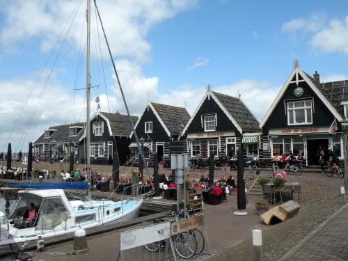 Pristanišče v mestu Marken, z znamenitimi zelenimi hiškami, Nizozemska