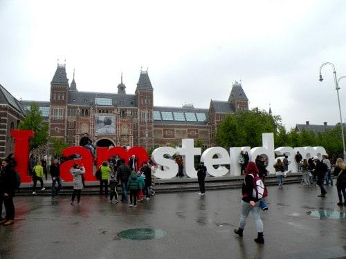 Obvezno fotografiranje ob najbolj oblegani turistični točki v Amsterdamu, Nizozemska