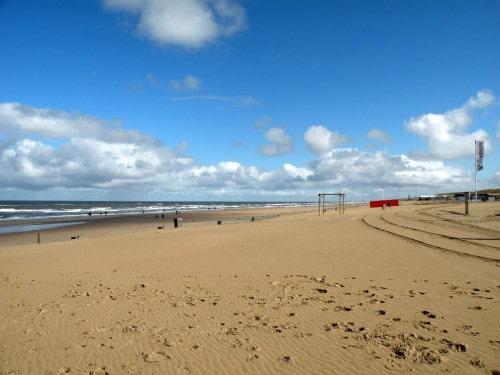 Široka in dolga peščena plaža v kraju Noordwijk aan Zee, Nizozemska
