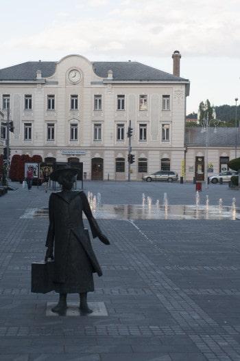 Kip popotnice Alme Karlin z železniško postajo v ozadju. Celje