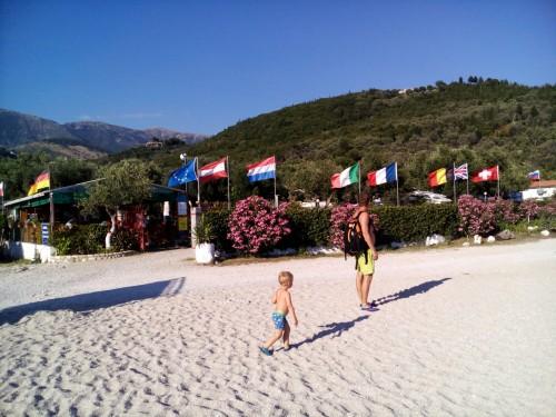 Med plažo in kampom, Albanija