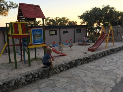 Otroške igrišče ob Klubu Šimi, Kamp Šimuni, Pag