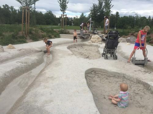 Igrišče z mivko in tekočo vodo, kjer se otroci najraje zadržujejo v vročih dneh