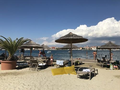 Plaža s pomoli
