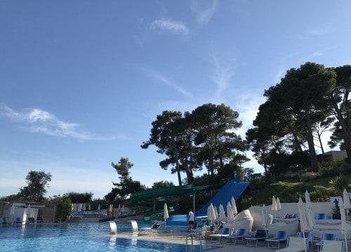 Hotelski bazen z atraktivnim vodnim toboganom v ozadju )Otok sv. Nikole, Poreč)