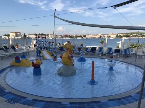 Otroški bazen pri hotelu, s pogledom na Poreč )otok sv. Nikole)