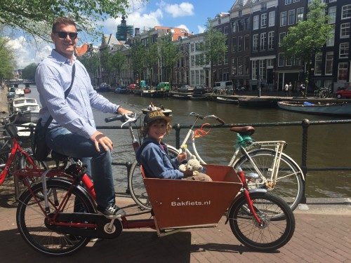 Amsterdam je najlepše raziskovati s kolesom, kolesarjenje z otroki
