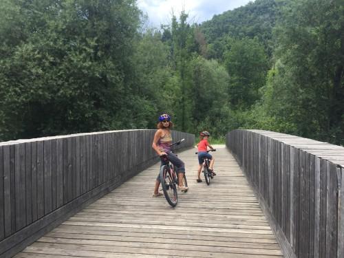 Na začetku kolesarske poti proti Bohinjkem jezeru, kolesarjenje z otroki