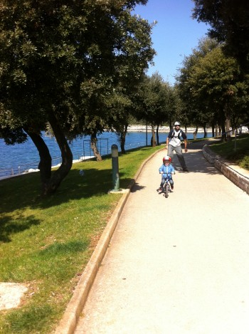 Urejena pot med Vrsarjem in kapom Porto Sole, kolesarjenje z otroki