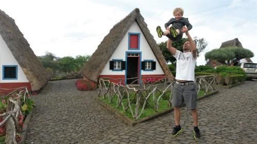Dolgočasne znamenitosti zahtevajo malo več akcije - Santana, tradicionalne hiške na Madeiri
