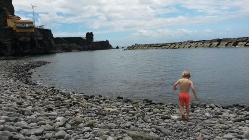 Večina plaž na otoku je umetnih in zagrajenih z valobranom (Ponta do Sol, Madeira)