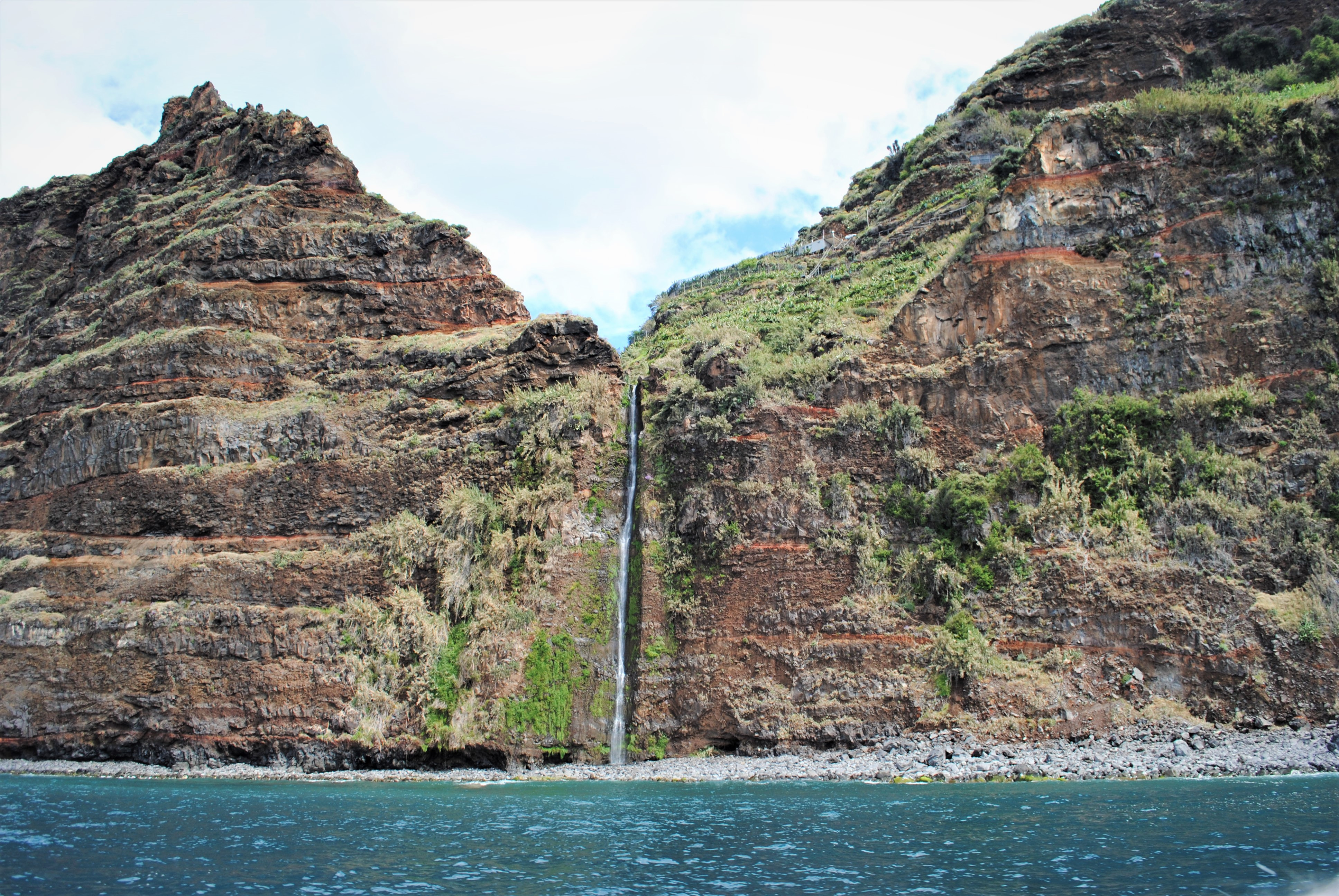 Razgled s čolna na kifasto obalo (H20 Madeira)