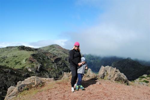 Popoldne se nad vrhom radi podijo oblaki (Pico do Ariero, Madeira)