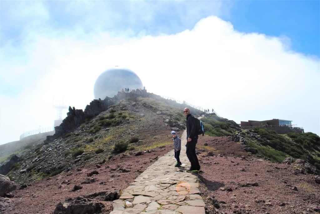 Urejena pot tik pod vrhom Pico do Ariero, v ozadju restavracija in kavarna