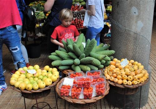 Zeleno sadje na sliki je križanec med banano in ananasom (Funchal, Madeira)