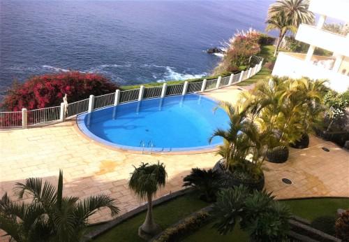 Pogled iz našega apartmaja na skupni bazen in morje (Madeira)