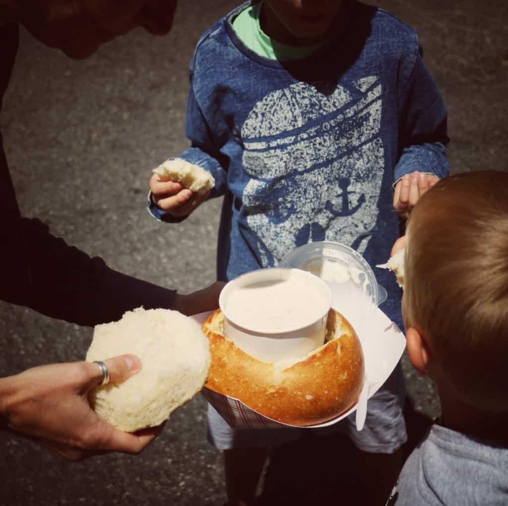 Clam Chowder in a Sourdough Bread Bowl, Monterey (Potovanje z otroki po Kaliforniji)