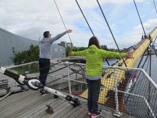 Ladja pred muzejem, Škotska z otroki