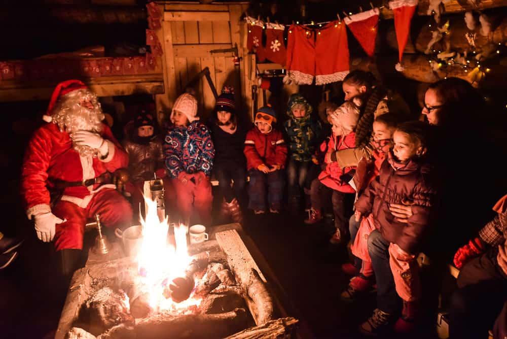 Božiček otrokom pripoveduje zgodbe