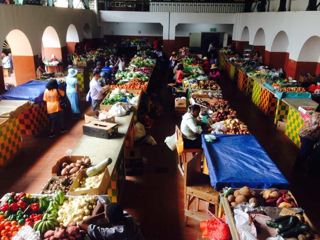 Cheapside market v mestu Bridgetown na otoku (rajski otoki družinsko)
