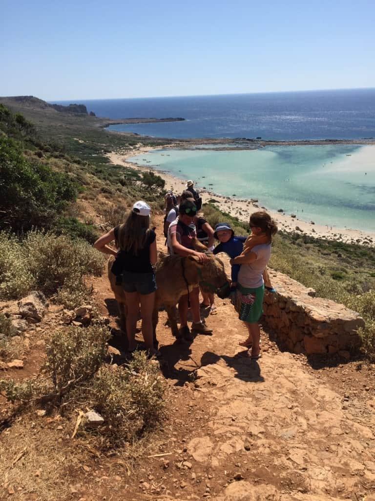 Na poti na še eno rajsko plažo smo srečali oslička (rajski otoki družinsko)