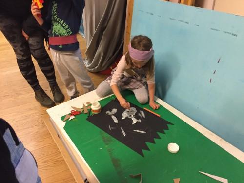 Preden otroci pričnejo z iskanjem zaklada, se oblečejo kot pravi gusarji in naredijo strašno gusarsko zastavo, Mestni muzej v Ljubljani
