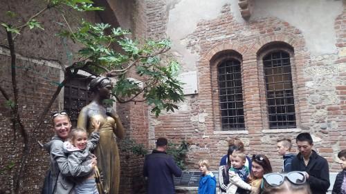 Slikanje ob kipu Julije, ki je na prsih že čisto gladek od tako pogostega dotikanja