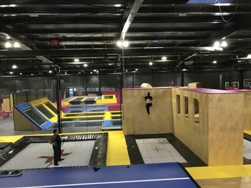 V WOOP! trampolin parku lahko hodite po zidu :)