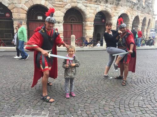 Z rimskimi vojaki ob areni