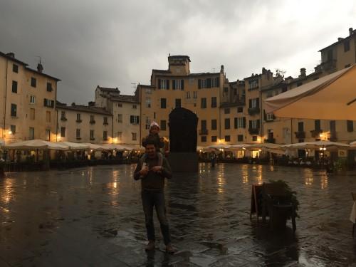 Piazza di Amfiteatro zvečer je prav tako vredna ogleda, pa četudi je dež, družinski roadtrip po Italiji