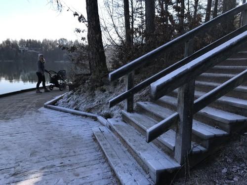 Za krajši del,  tik ob jezeru, boste morali po stopnicah.