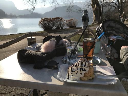 Pavza pri vili Prešeren (vozičkanje po Bledu)