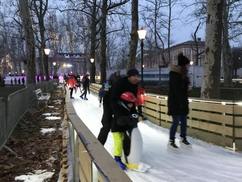 Okrog Kongresnega trga na drsalkah je posebno doživetje (Ledena Fantazija, Ljubljana)