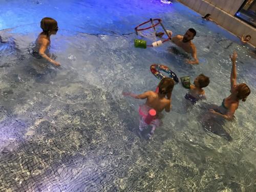 Plavajoči koši so popestrili zabavo v bazenu hotela Amarin